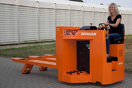 Doosan cargo handler 500px